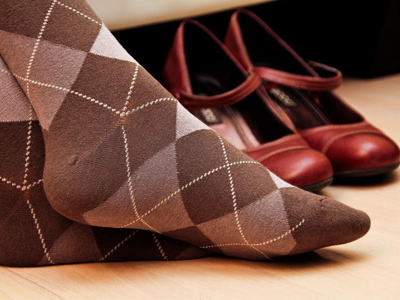 پوشیدن جوراب نخی برای جلوگیری از بو گرفتن کفش