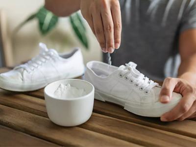 ریختن جوش شیرین در کفش برای از بین بردن بوی بد