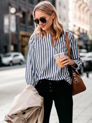 پیراهن راه راه در تن یک خانم که اصول شیک پوشی را رعایت کرده است