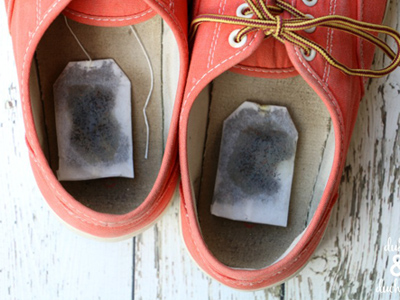 چای کیسه ای در کفش برای رفع بوی نامطبوع