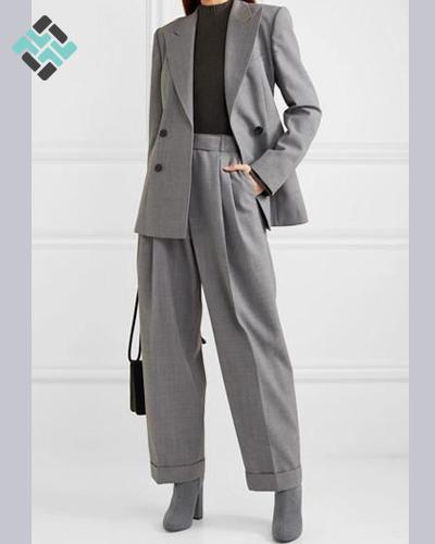 کت شلوار زنانه طوسی با کفش پاشنه بلند